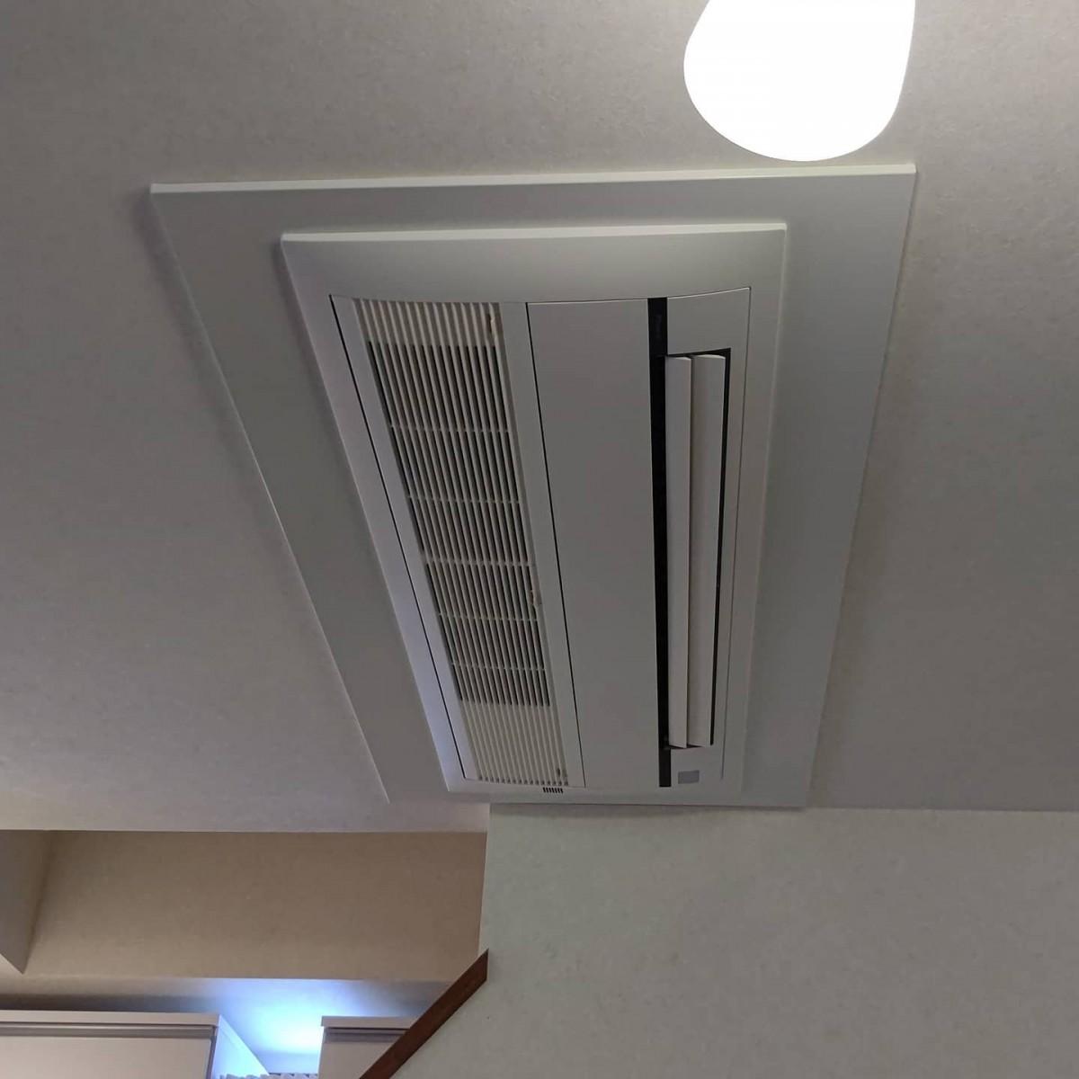 ハウジングエアコン更新工事!4.0kWから6.3kW、2方向から1方向へ変更。既設2分4分配管でラッキーでしたね室内機小さくなるのでワイドパネルで目隠し。とても喜んでくださいました#エアコン #エアコン入替 #ハウジングエアコン #空調設備 #ダイキン  #日立 #異径 #住宅設備 #電気工事 #リフォーム工事 #防犯設備 #有限会社小沢電機商会 #オザワデンキ #品川区大崎