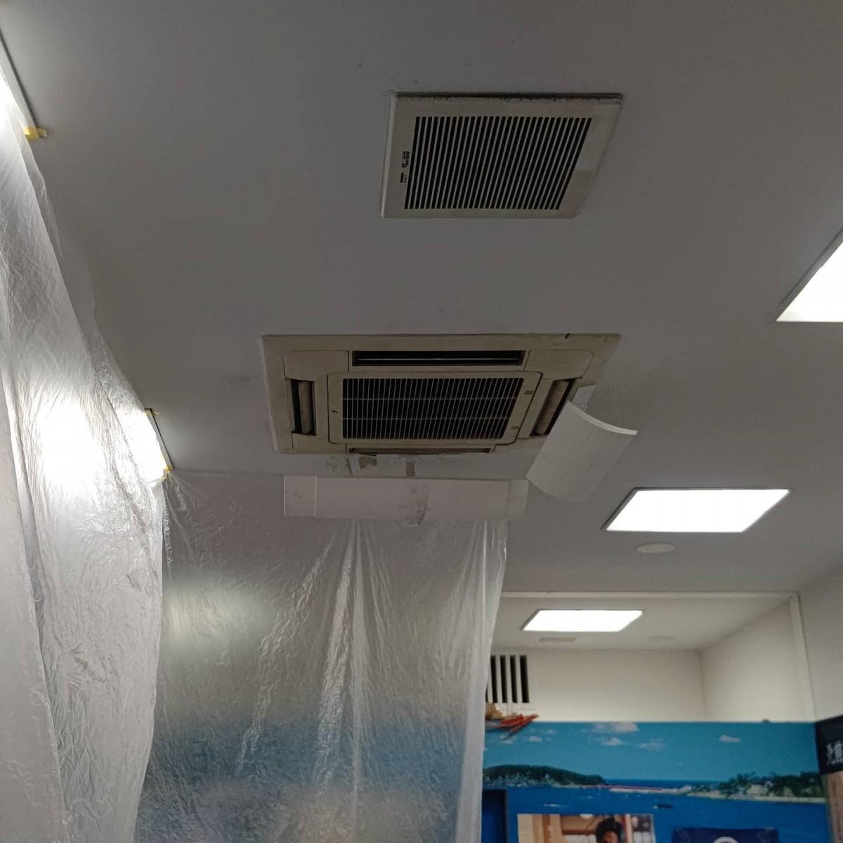 某アンテナショップ様、エアコン改修!運転できるけれど1時間ほどでエラーが出て停まってしまう症状。ポンプ交換ほか部品交換と清掃を実施します。暑いとはいえ秋を感じさせる風が吹くようになりました。現場も少しは楽になりますね。#エアコン #エアコン改修 #ダイキン #アンテナショップ #店舗 #空調設備 #部品交換 #電気工事 #リフォーム工事 #防犯設備 #品川区大崎