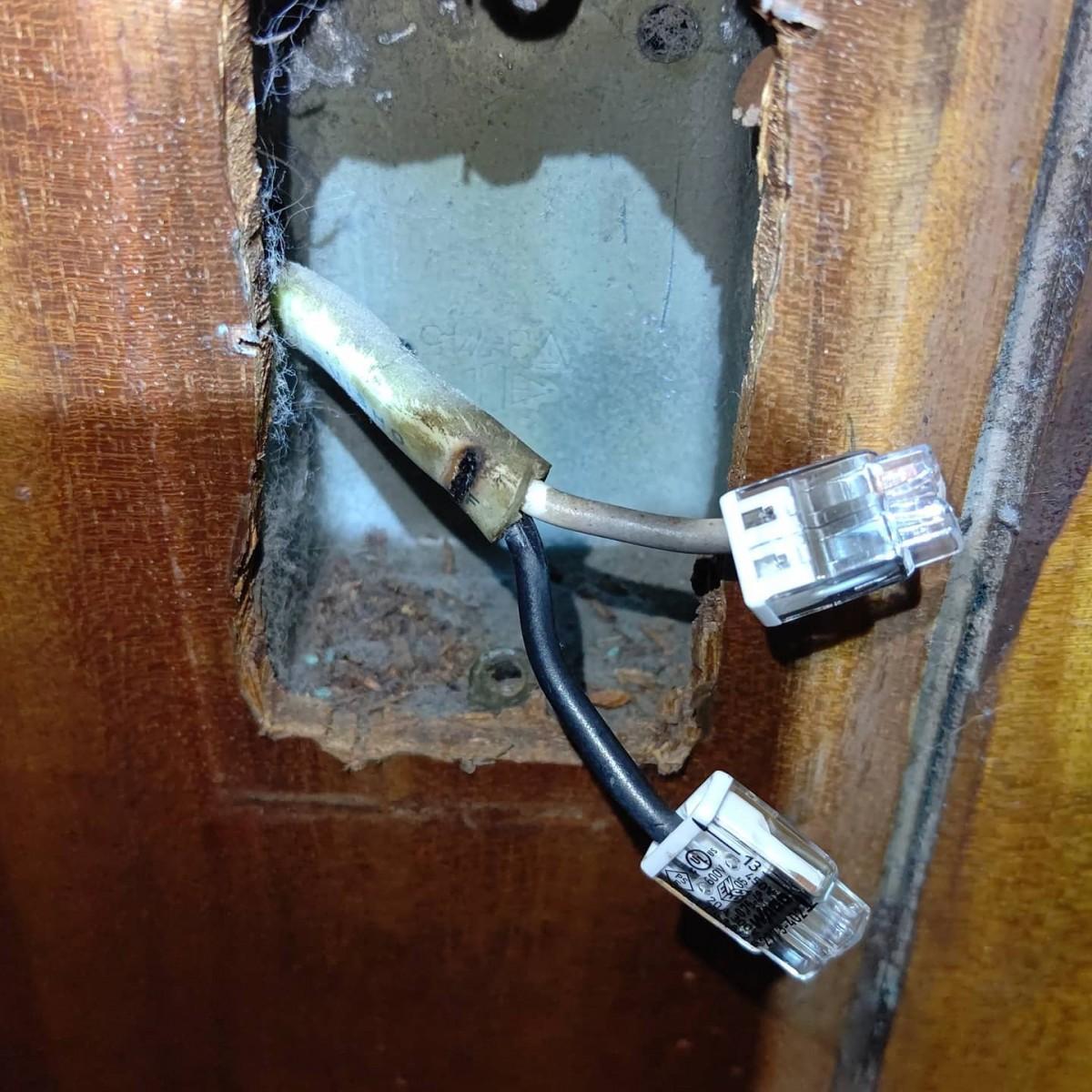 漏電改修工事!築60年近いマンションの1室、不良回路特定して事故点探すも、えらい分岐させてて大変でした。水回りと2部屋+キッチンの一部が一回路になっている。リフォーム履歴あるようですが分電盤が埋込なので回路数増やせなかったんでしょうか。漏電原因は外灯と判明しましたが、水回りは回路を分けることにしました。配線器具も古いものをお使いだったので交換。電線燃えた?ような形跡もあります。ようやく絶縁良好!外灯はペンキでガチガチなので後日入替となりました。#漏電 #不良改修 #火災 #絶縁不良 #電気火災 #感電 #マンション #電気工事 #配線工事 #リフォーム工事 #防犯設備 #オザワデンキ #有限会社小沢電機商会 #品川区大崎