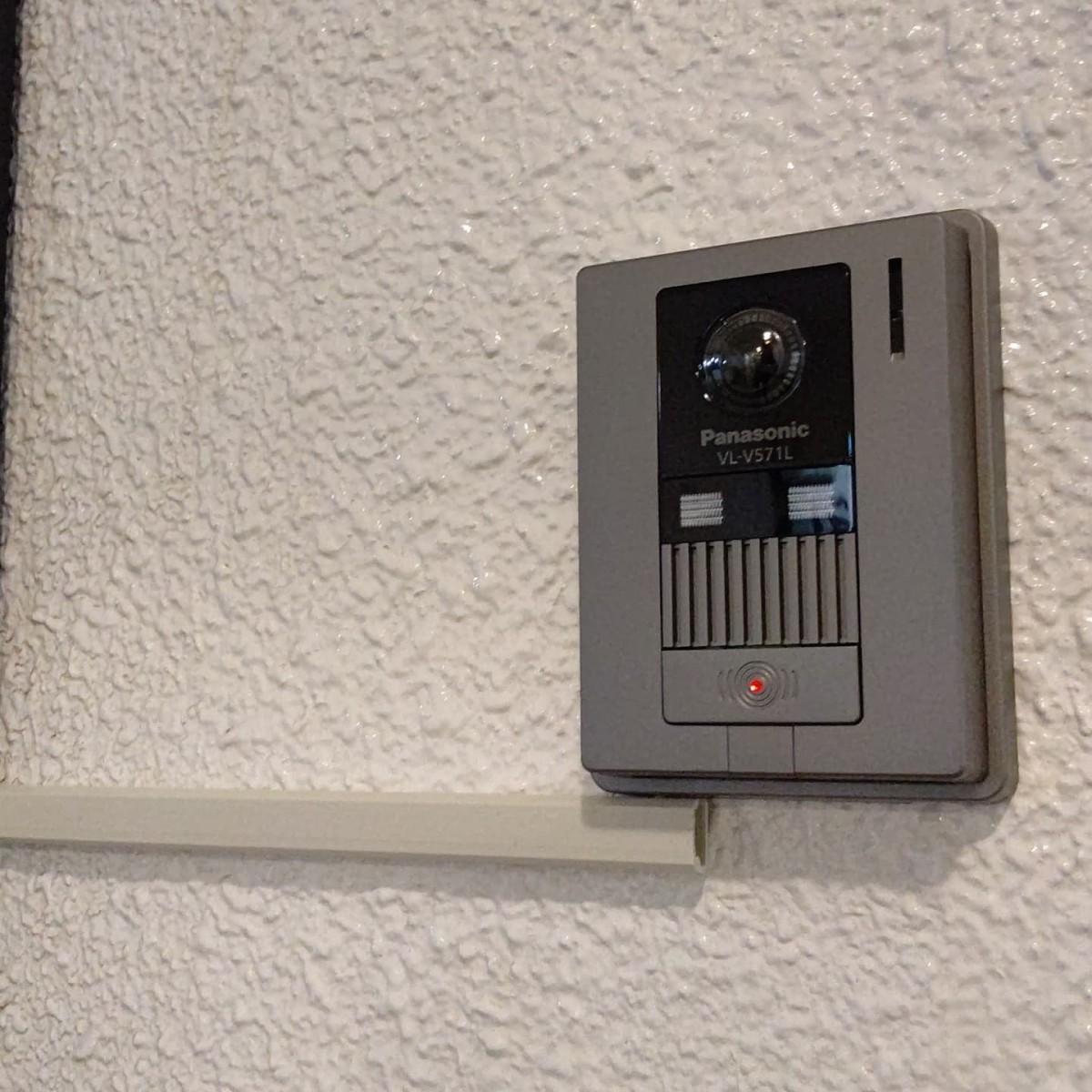 100V式チャイムをカメラ付ドアホンへ変更工事!分譲マンションでの設備工事。なんとか配線利用できないか、と思いましたが無理でしたね。仕方ないので露出で攻めます。室内は安定の録り忘れ…。既設チャイムから電源取るのに塗装の兼ね合いで露出ボックスつけましたが、なんで3連の継枠ってないんだろう?来客の様子がしっかり見えるようになり、とても喜ばれておりました。カメラ付ドアホンは防犯設備としても利用できます。どんな人間が来たのかわかると安心ですよね。スマホから遠隔対応できる製品もあるので、チャイムからの入替、機器交換ご相談ください。#チャイム #ドアホン #カメラ付ドアホン #パナソニック #インターホン #住宅設備 #分譲マンション #マンション #露出配線 #電気工事 #リフォーム工事 #リニューアル #防犯設備 #オザワデンキ #有限会社小沢電機商会 #品川区大崎